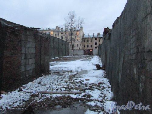 Лиговский проспект, дом 216, литера В (слева) и литера Б (справа). Общий вид территории в сторону Лиговского проспекта. Фото 10 февраля 2020 года.