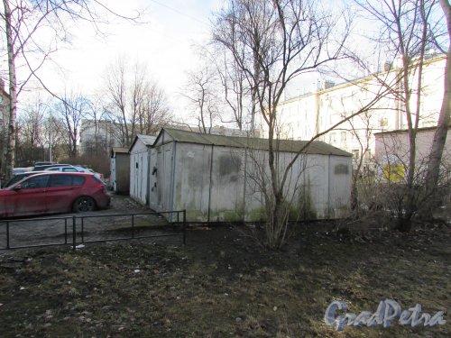 Новоизмайловский проспект, дом 18, корпус 2. Гаражи на придомовой территории. Фото 11 февраля 2020 г.