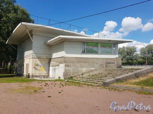 Непокорённых пр., дом 63А. Фото 2018 года