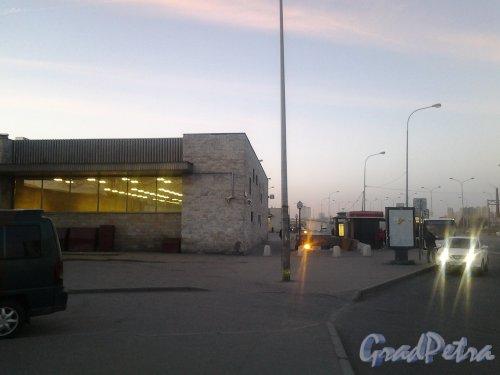 Витебский пр., дом 108. Павильон станции метро «Купчино». Вид утром с Витебского пр. Фото 19 апреля 2019 г.
