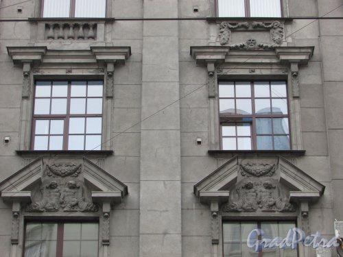 Большой проспект П.С., дом 100, литера А. Оформление окон третьего и четвёртого этажей. Фото 3 марта 2020 г.