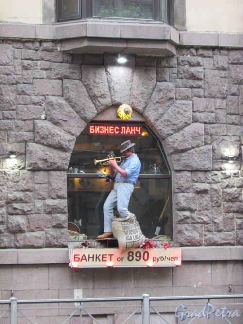 Большой проспект П.С., дом 81. Витрина кафе «Музыка и кофе» с фигурой музыканта. Фото 3 марта 2020 г.