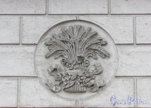 Каменноостровский проспект, дом 2, литера А. «Сноп изобилия» на фасаде со стороны сквера. Фото 3 марта 2020 г.