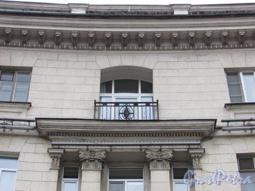 Каменноостровский проспект, дом 2, литера А. Балкон 5-го этажа на фасаде со стороны сквера. Фото 3 марта 2020 г.