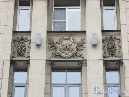 Каменноостровский проспект, дом 2, литера А. Советская символика на фасаде со стороны сквера. Фото 3 марта 2020 г.
