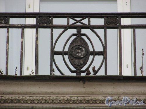 Каменноостровский проспект, дом 2, литера А. Элемент франзузского балкона 5-го этажа на фасаде со стороны сквера. Фото 3 марта 2020 г.