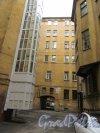 Большой пр., В.О., д. 64 / 2-я линия В.О., д. 5. Дом с мозаичной мастерской В. А. Фролова. 2-й двор. Общий вид. фото июнь 2018 г.