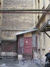 Большой пр., В.О., д. 64 / 2-я линия В.О., д. 5. Дом с мозаичной мастерской В. А. Фролова. Двор, Вид служебных пристроек. фото июнь 2018 г.