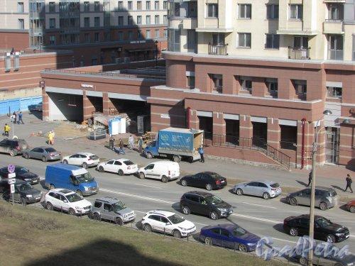 Московский проспект, дом 183-185, литера А. Ввоз оборудования в помещение бывшего магазина «SPAR». Фото 27 марта 2020 г.