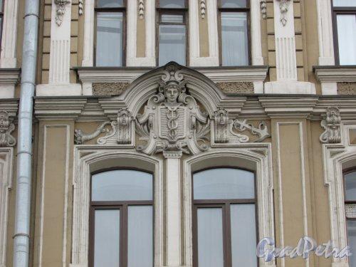 Невский проспект, дом 109. Оформление окон четвёртого этажа. Фото 7 мая 2020 г.