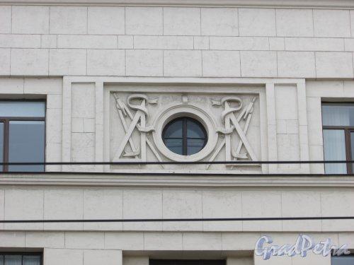 Невский проспект, дом 141, литера А. Барельеф «Треугольник и циркуль». Фото 7 мая 2020 г.