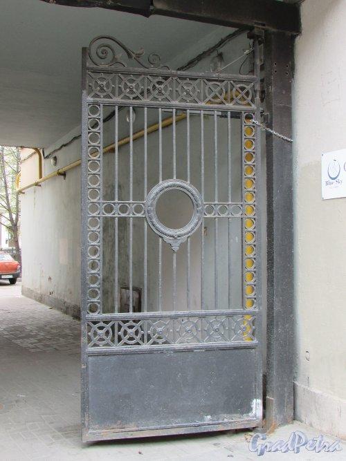 Невский проспект, дом 146. Створка ворот во двор со стороны Невского проспекта. Фото 7 мая 2020 г.