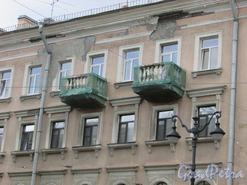 Невский проспект, дом 163, литера А. Состояние балконов в правой части здания. Фото 7 мая 2020 г.
