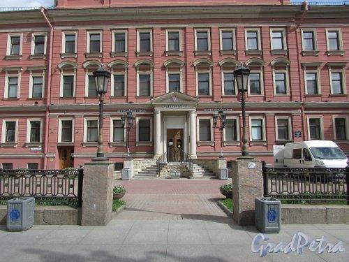 Невский проспект, дом 176, литера А. Общий вид входа в здание и фонари уличного освещения. Фото 7 мая 2020 г.