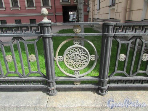 Невский проспект, дом 176, литера А. Фрагмент ограды сквера перед лицевым зданием. Фото 7 мая 2020 г.