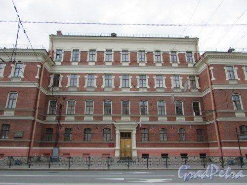 Суворовский пр., д. 4, литера А. Фасад здания училище фельдшериц и лекарских помощниц со тороны Суворовского проспекта. Фото 7 мая 2020 г.