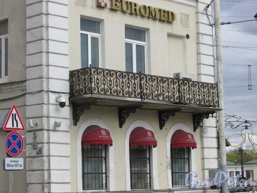Суворовский пр., д. 60. Балкон в угловой части здания. Фото 7 мая 2020 г.