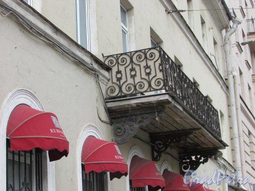 Суворовский пр., д. 60. Балкон здания со стороны Суворовского проспекта. Фото 7 мая 2020 г.