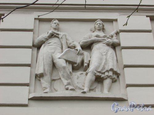 Суворовский пр., д. 62. Барельеф «Ученый и девушка с микроскопом»  в правой части фасада со стороны площади Пролетарской Диктатуры. Фото 7 мая 2020 г.