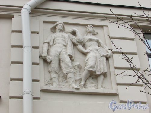 Суворовский пр., д. 62. Барельеф «Шахтёр и девушка»  в левой части фасада со стороны площади Пролетарской Диктатуры. Фото 7 мая 2020 г.