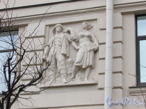 Суворовский пр., д. 62. Барельеф «Шахтёр и девушка»  в правой части фасада со стороны площади Пролетарской Диктатуры. Фото 7 мая 2020 г.