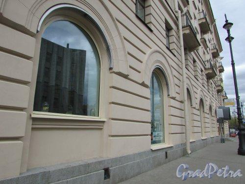 Суворовский пр., д. 62. Окна первого этажа со стороны Суворовского проспекта. Фото 7 мая 2020 г.