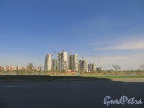 Южное шоссе. Строительство жилого комплекса «София». Вид с Бухарестской улицы. Фото 26 апреля 2014 года.