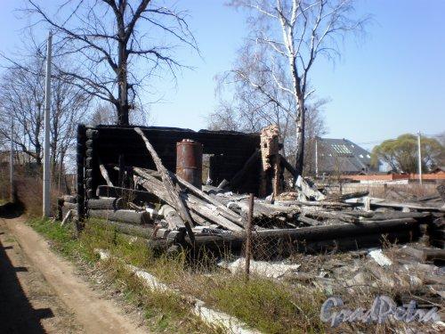 Выборгское шоссе, дом 142. Остов сгоревшего деревянного дома. Фото 4 мая 2009 года.