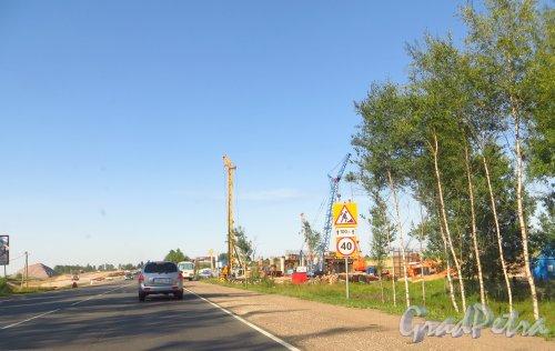 Строительство нового автомобильного моста через Киевское шоссе в створе новой окружной дороги вокруг города Гатчина. 20 июля 2014 года.