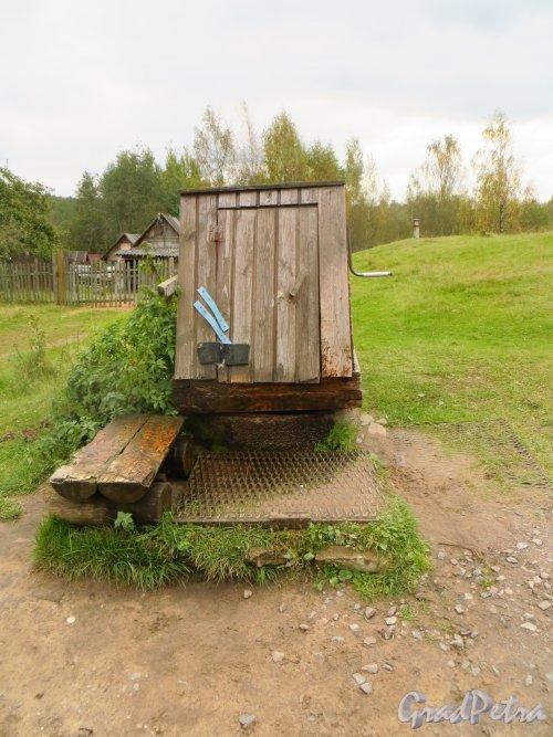 Старый финский колодец за домом 129 в городе Каменногорске за домом 129. Фото 26 сентября 2014 года.