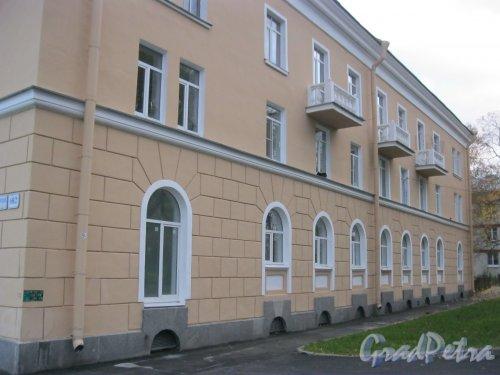 Посёлок Стрельна, Санкт-Петербургское шоссе, дом 68 (ул. Попова, дом 2). Фрагмент фасада. Фото 17 октября 2014 г.