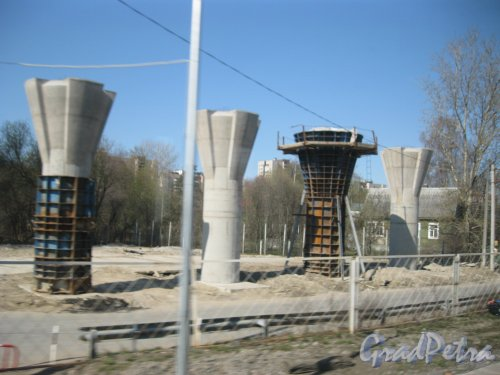 Приморский р-н, Фермское шоссе. Строительство Поклонногорского путепровода. Вид из проезжающей мимо электрички. Фото 22 апреля 2014 г.