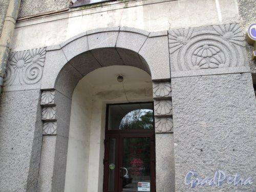 Ленинградское шоссе (Выборг), д. 3. Доходный дом в стиле Северного модерна. Оформление дверного портала. Фото июнь 2014