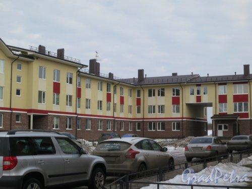 Ленинградская область, Ломоносовский район, деревня Малое Карлино. Малоэтажный жилой комплекс «Малое Карлино 3». Фото март 2015 года.