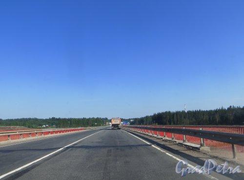 Мост автомобильной развязки Е-18 «Скандинавия» и 41А-189 («Магистральная») в районе посёлка Огоньки до реконструкции. Фото 4 июля 2015 года.