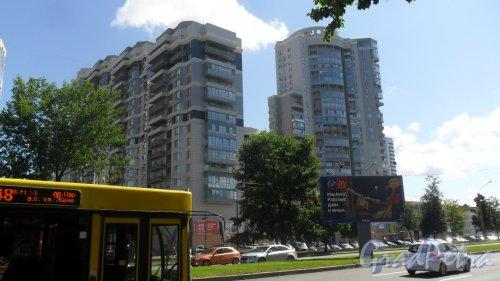 Выборгское шоссе, дом 15. 23-этажный жилой комплекс «Ozerki Styl Tower». Фото 25 июля 2015 года.
