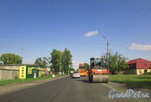 Ремонт дорожного покрытия трассы 41К-121 на территории города Отрадное Кировского района Ленинградской области в районе железнодорожного переезда. Фото 7 сентября 2015 года.
