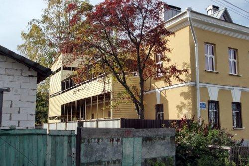Посёлок Усть-Ижора,  Шлиссельбургское шоссе, дом 175. Незаконная пристройка к зданию. Октябрь 2015 года.