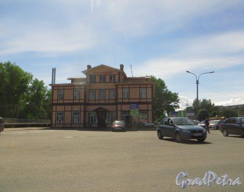 г. Сестрорецк, Дубковское шоссе, дом 1. Вокзал железнодорожной станции Сестрорецк и привокзальная площадь. Фото 27 июля 2015 года.