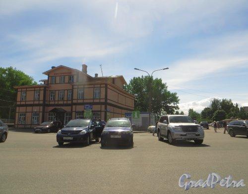 г. Сестрорецк, Дубковское шоссе, дом 1. Вокзал железнодорожной станции Сестрорецк. Фото 27 июля 2015 года.