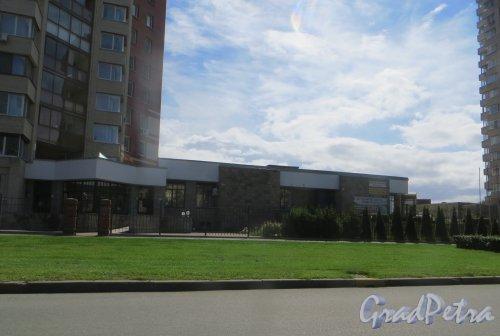 г. Сестрорецк, Дубковское шоссе, дом 11. Общий вид дома пристроенных помещений. Фото 27 июля 2015 года.