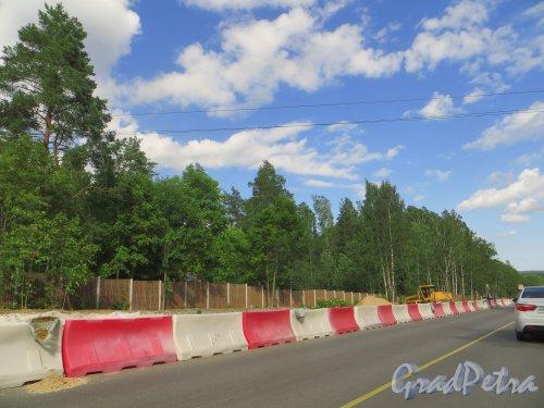 Строительство а/д от СПб через Приозерск, Сортавалу до Петрозаводска, включающей участок от КАД до а/д магистральная км 57+550-км 81+000, Лен. области на территории посёлка Лосево. Фото 19 июля 2015 года.