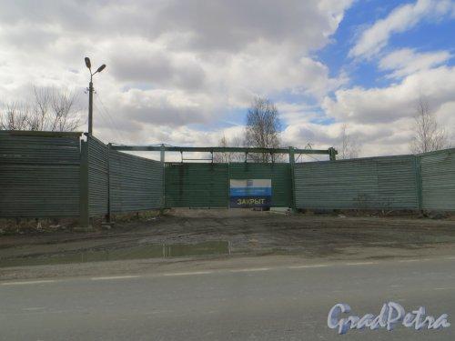 Общий вид на закрытый въезд на ПТО-1 (полигон твердых отходов «Южный», «Волхонка»). Фото 21 апреля 2015 года.