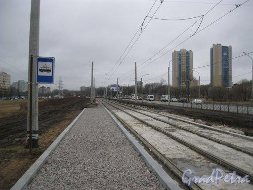 Петергофское шоссе в районе дома 3. Замена трамвайных рельсов. Вид в сторону пр. Маршала Жукова. Фото 2 апреля 2016 г.