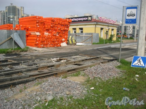 Петергофское шоссе в районе пересечения с ул. Адмирала Трибуца и ул. Пограничника Гарькавого. Ремонт транвайных путей. Фото 23 июля 2016 г.