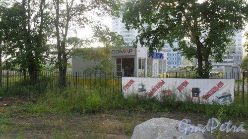 """Деревня Кальтино, Колтушское шоссе, дом 1А. Павильон """"Buderus"""". Фото 21 августа 2016 года."""
