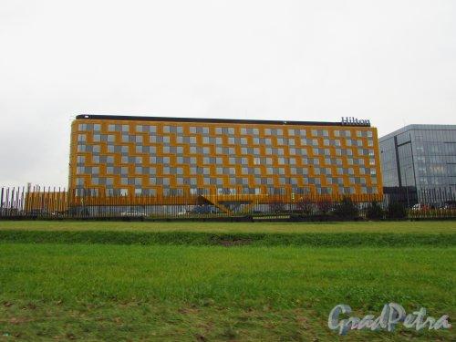 посёлок Шушары, Петербургское шоссе, дом 62, корпус 1, литера А. Фасад гостиницы «Hilton» со стороны Петербургского шоссе. Фото 30 октября 2016 года.