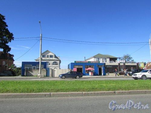 Выборгское шоссе, дом 124 (слева) и дом 126 (справа, кафе-ресторан «ОДЖАХ»). Фото 31 августа 2016 года.