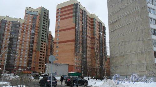 Всеволожск, Колтушское шоссе, дом 44, корпус 2. 17-этажный жилой дом 2012 года постройки. 2 парадные, 169 квартир. Вид дома с Василеозерной улицы. Фото 17 ноября 2016 года.