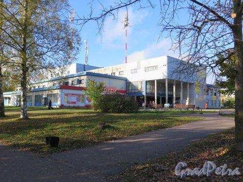Приозерское шоссе (Агалатово), д. 162. Торгово-культурный центр. фото октябрь 2015 г.